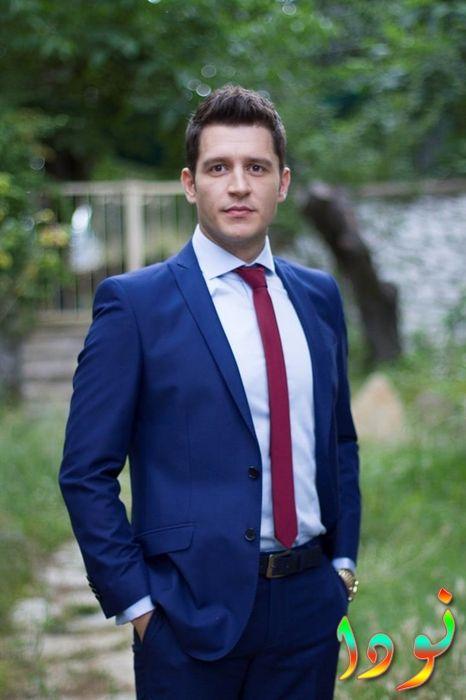 الفنان أوراز كايغيلار أوغلو بالبدلة الزرقاء