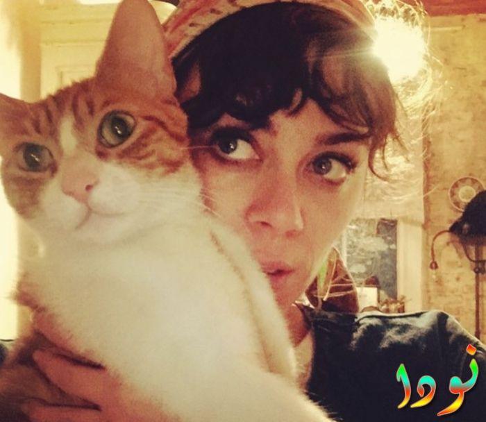 ديميت إيفجار مع قطتها