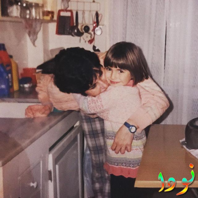 دينيز بايسال وهي طفلة مع والدتها