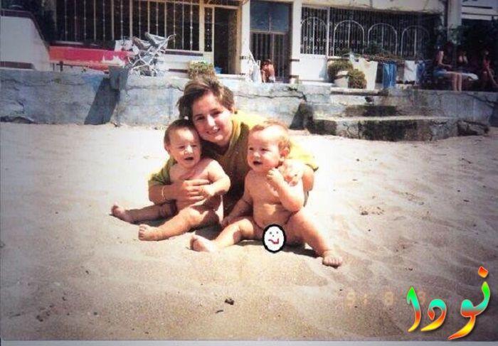 سرجان بادور وهو طفل مع أخوه ووالدته