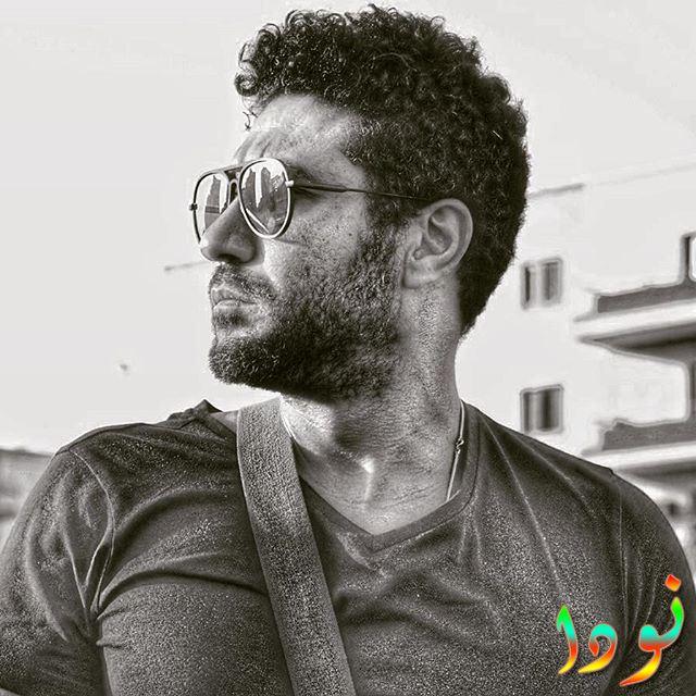 صورة أبيض وأسود للفنان محمد عز