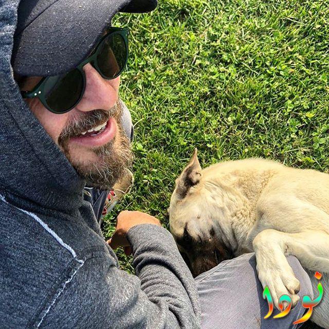 صورة لإنجين ألتان دوزياتان مع كلبه
