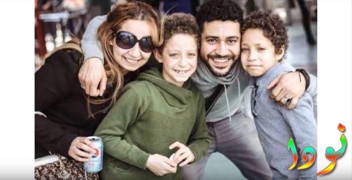 محمد عز مع زوجته وأولاده التوأم عمر وسيف