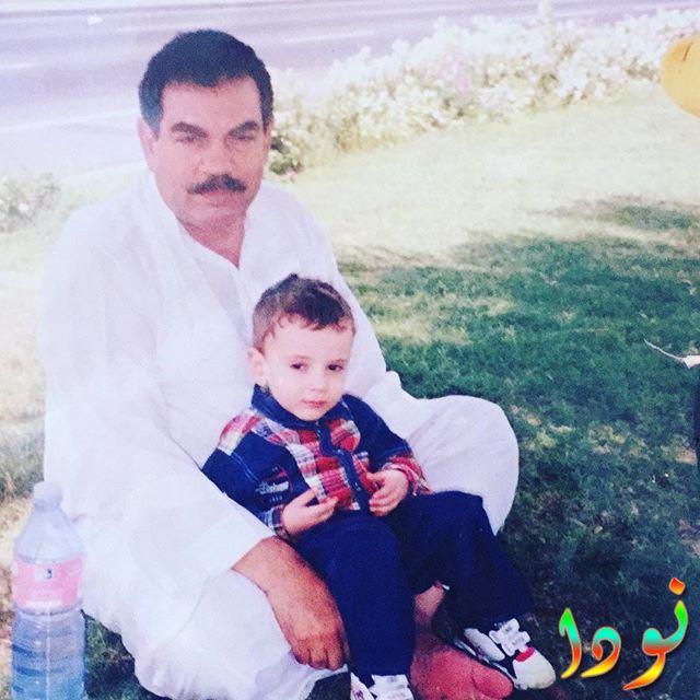 أسامة طلبة وهو طفل صغير مع والده