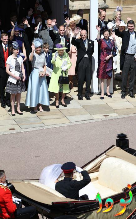 الأمير هاري يحيي أعضاء العائلة المالكة