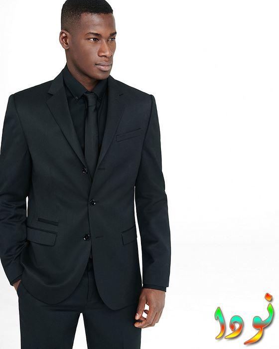 بدلة سودة وقميص أسود وجرافاتة سوداء
