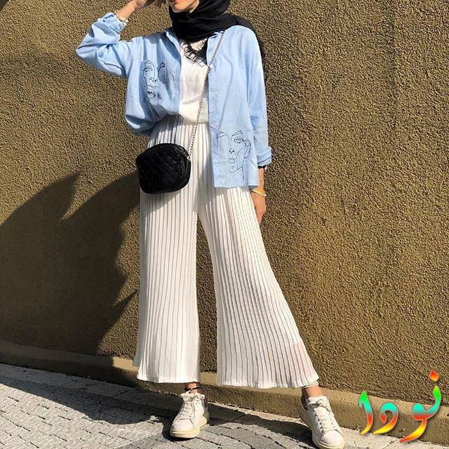 بنطلون أبيض واسع مع قميص جينز