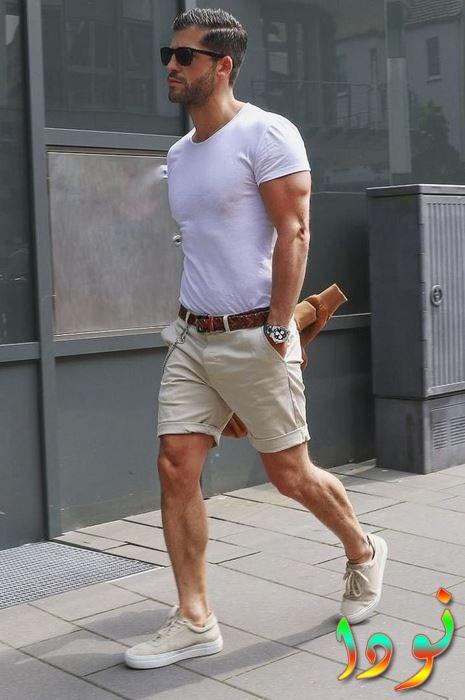 تي شيرت أبيض و شورت بيج مع حزام بني جلد