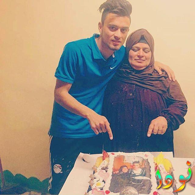 صلاح محسن مع والدته