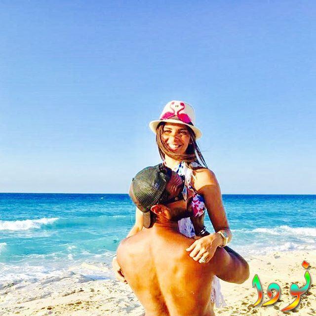 صورة جريئة لكريم فهمي مع زوجته على البحر