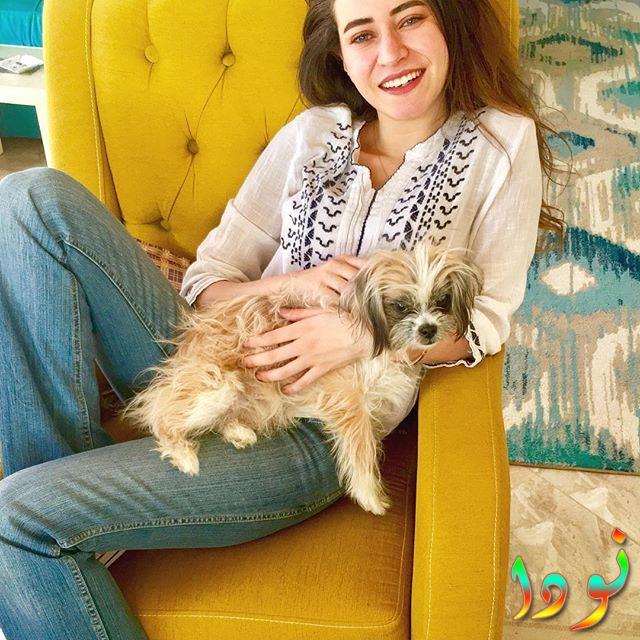 صورة لسارة الشامي مع كلبها