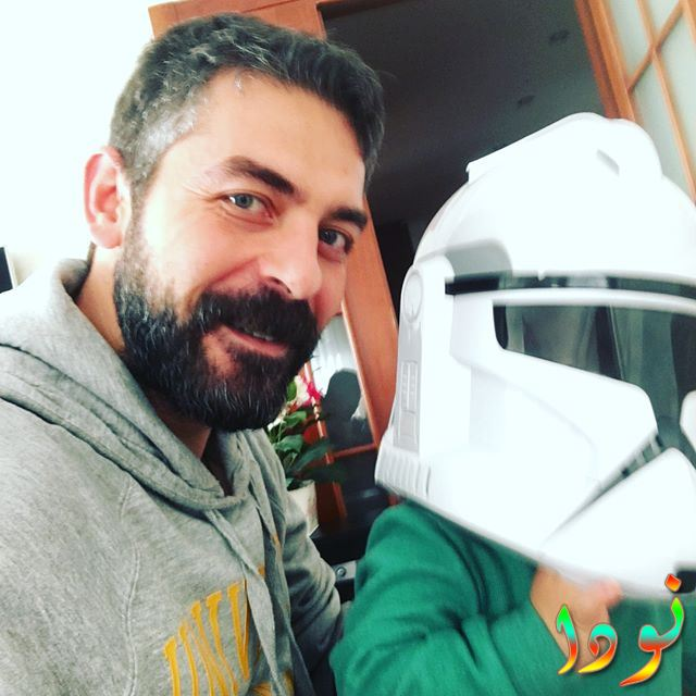صورة لسنان توزكو مع ابنه