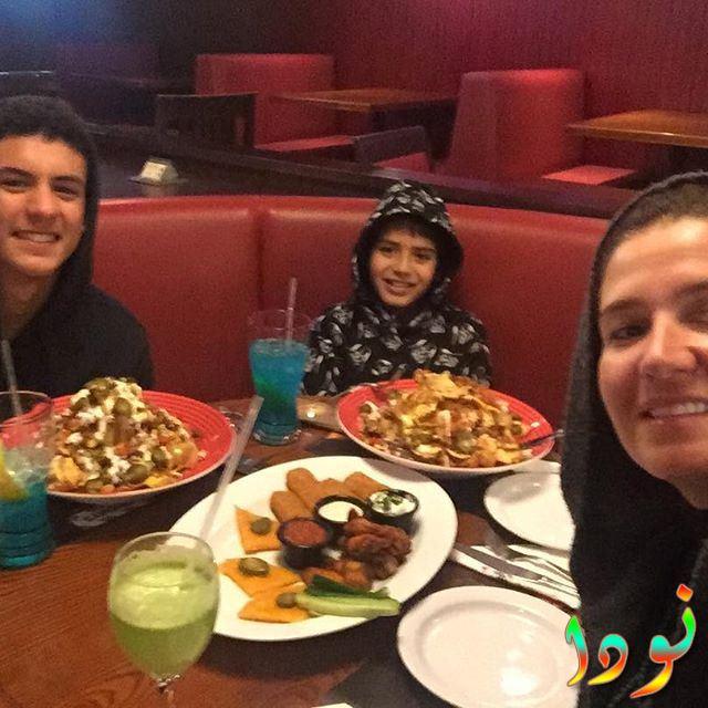 صورة هنا شيحة مع أولادها