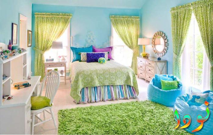 غرفة باللون البني للصبيان