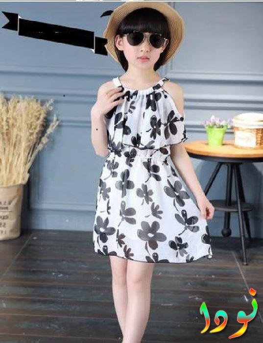 فستان أبيض في أسود مقفول من ناحية العنق