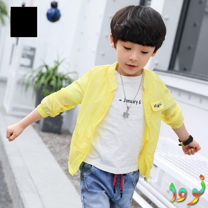 قميص أصفر خفيف تي شيرت أبيض مع بنطلون جينز