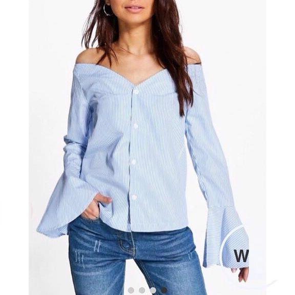 قميص مفتوح الصدر مع بنطلون جينز