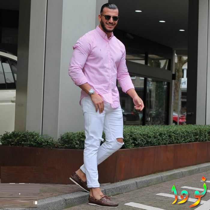 قميض وردي وبنطالون أبيض بوي فريند