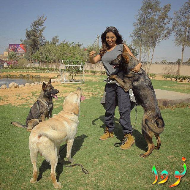 مي عمر مع كلبها