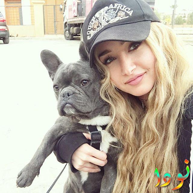 هنا الزاهد مع كلبها