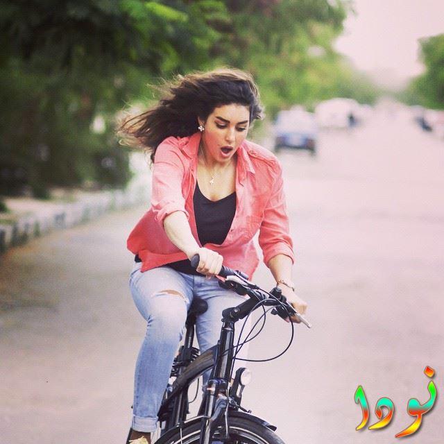 ياسمين تحاول تعلم ركوب الدراجة
