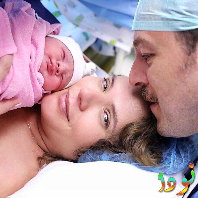 أسلي أوركان بعد ولادة أول أبنائها وزوجها