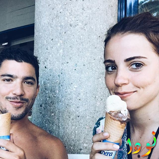 ازجي أيوب أوغلو مع زوجها يأكلون الآيس كريم