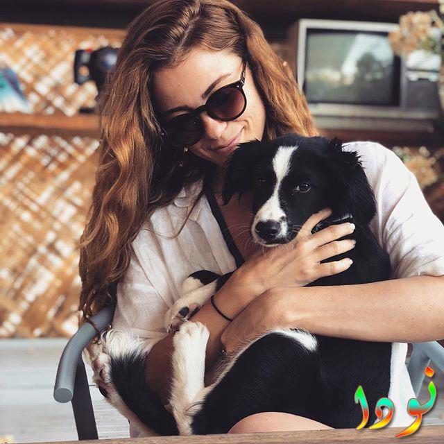 ازجي أيوب أوغلو مع كلبها