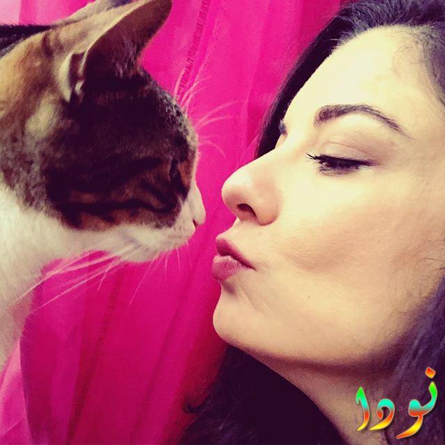 صورة الفنانة اريم التوغ مع قطتها