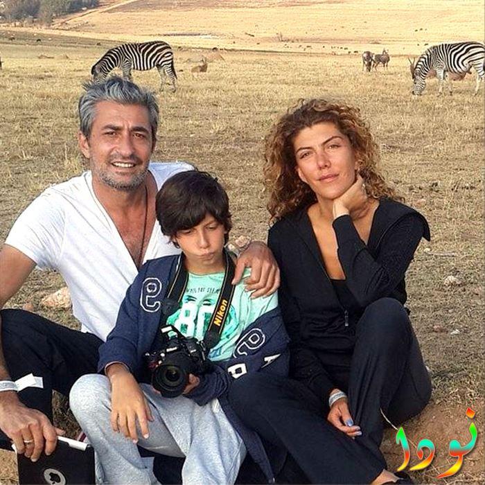 صورة عائلية لاركان بيتيكايا مع زوجته وابنه