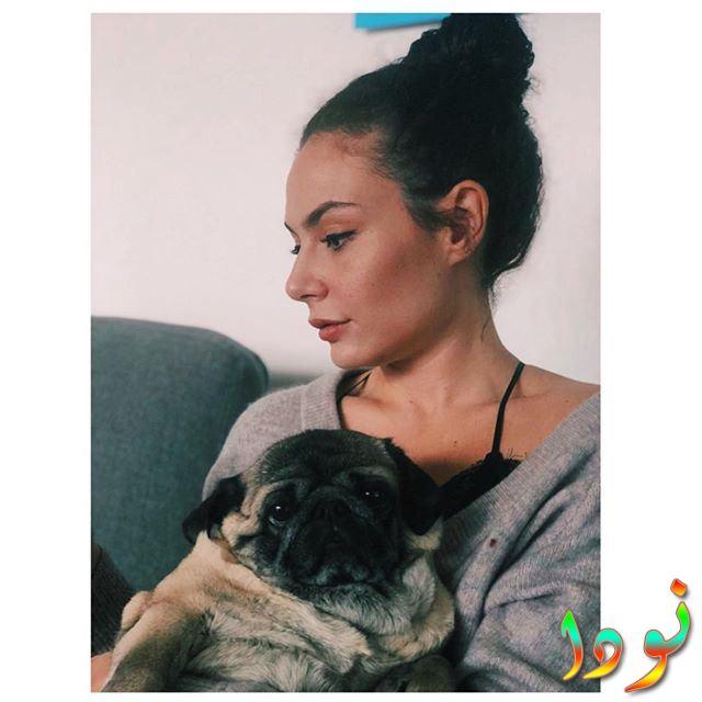 صورة لاشيليا ديفريم مع كلبها
