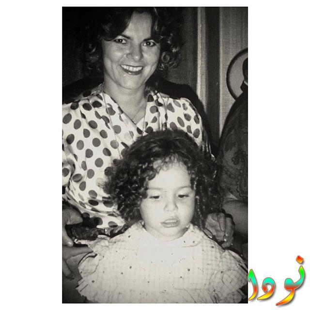 صورة لاشيليا ديفريم وهي طفلة صغيرة مع والدتها