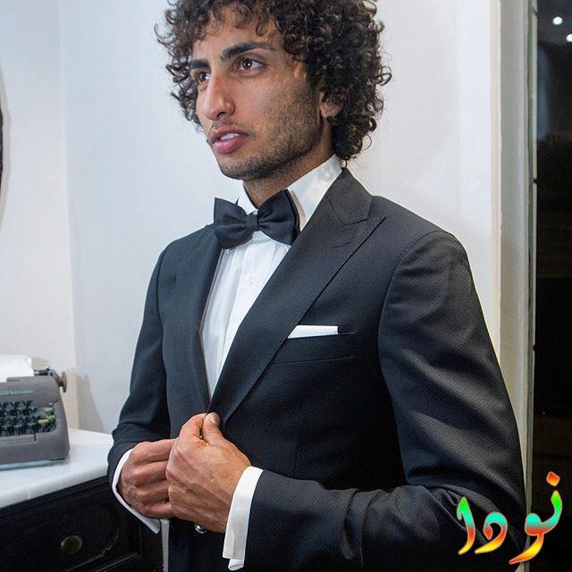 عمرو وردة بالبدلة السوداء