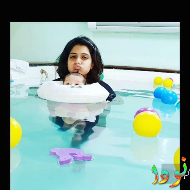 يورميلا كانيتكار تعلم بنتها السباحة