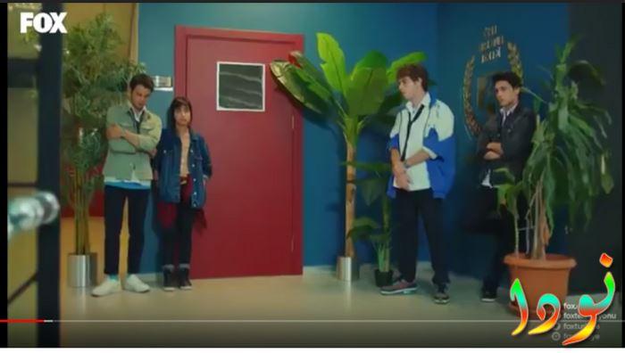 أصدقاء علي ينتظرونه أمام غرفة المدير