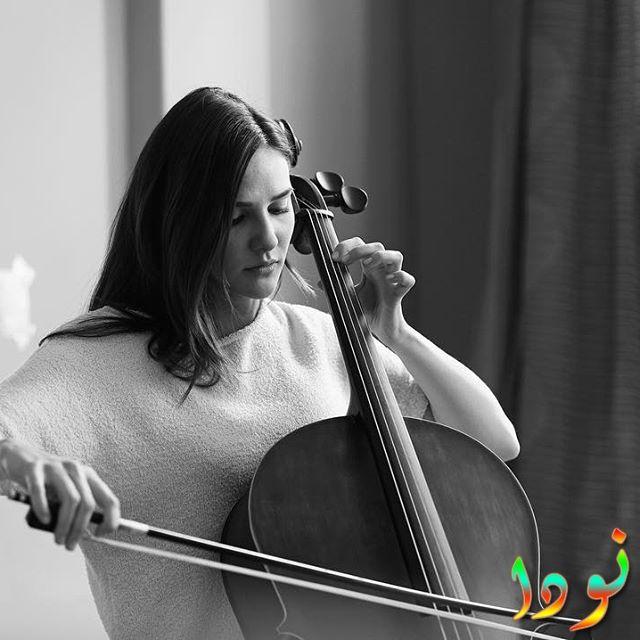 ألينا بوز تعزف على الكنترباص