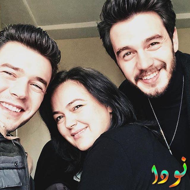 إسماعيل إيجي شاشماز مع والدته وأخوه ايتاك