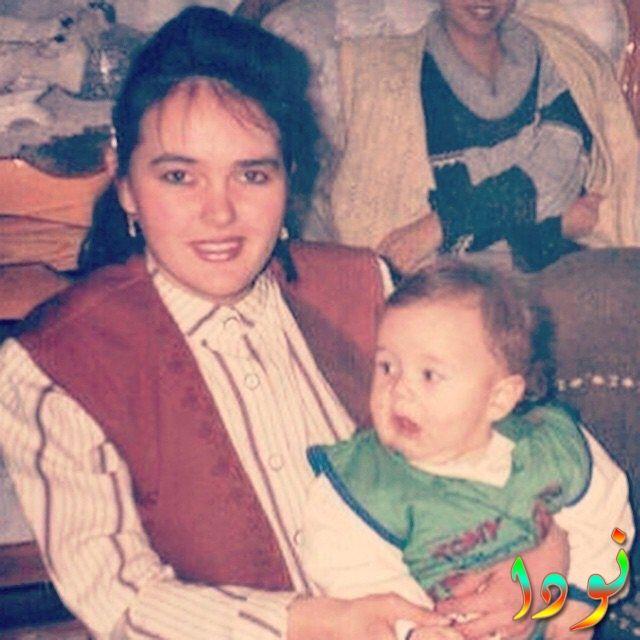 إسماعيل إيجي شاشماز وهو طفل مع والدته