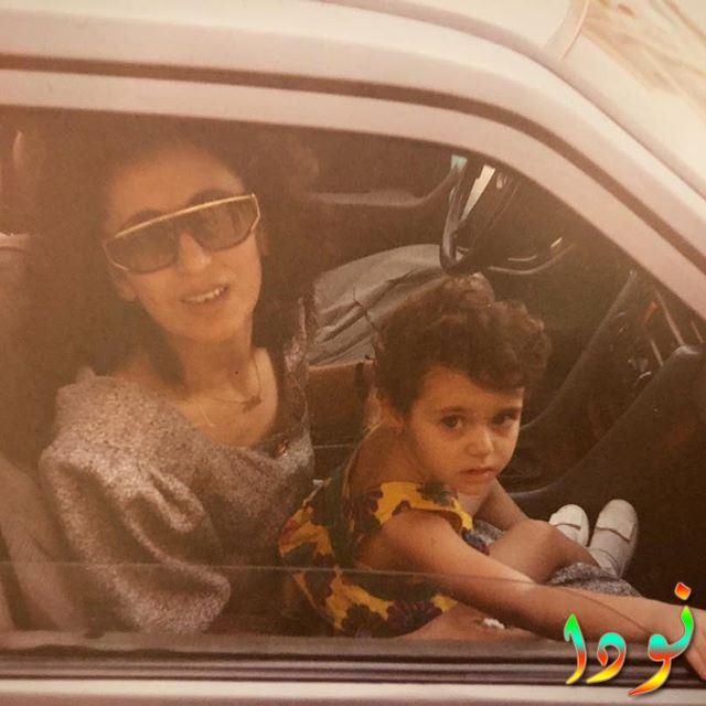 الفنانة فايا يونان وهي طفلة صغيرة مع والدتها