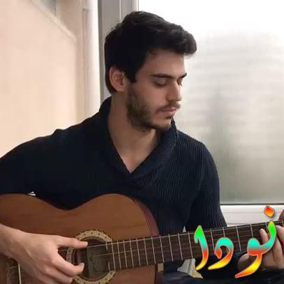 حسن دنيزياران يعزف على الغيتار