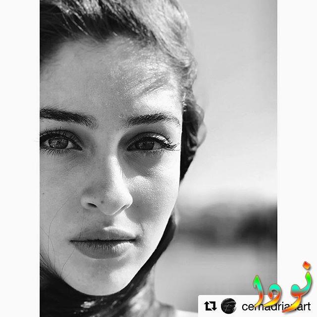 خلفية أبيض وأسود للممثلة جيمري بايسال