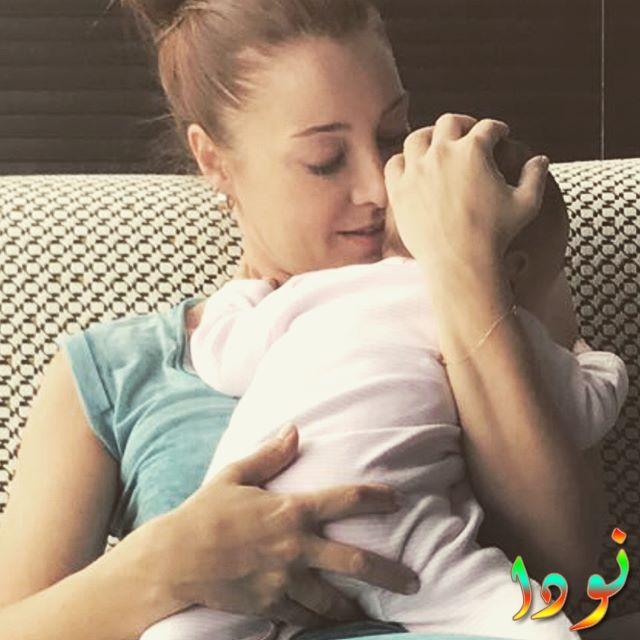دولناي سويسرت مع طفلها