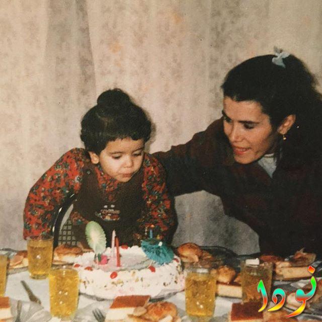 سيراي كايا وهي طفلة مع والدتها