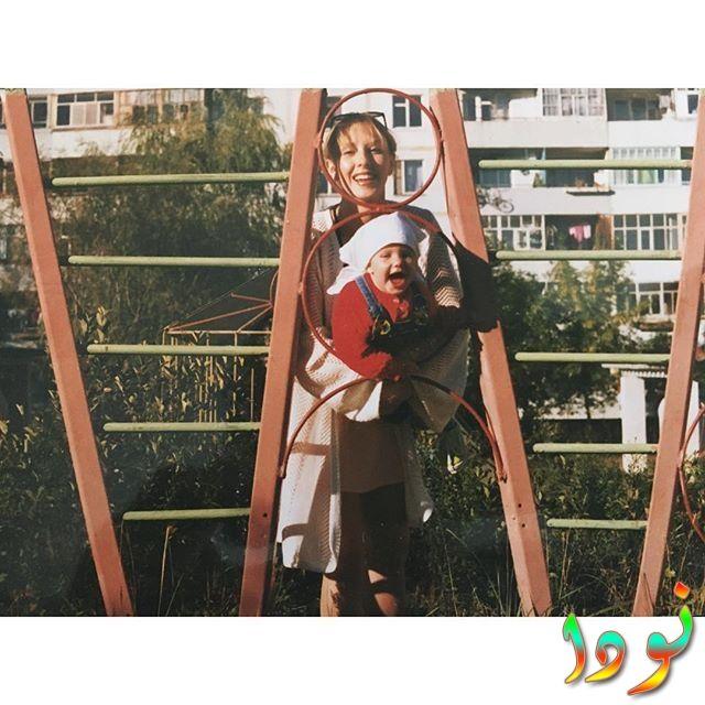 صورة ألينا بوز وهي طفلة مع والدتها