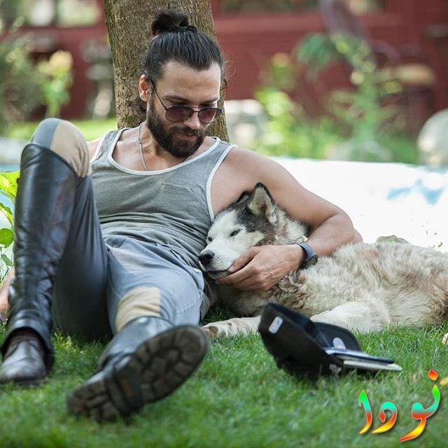 صورة فولكان كيسكين مع كلبه