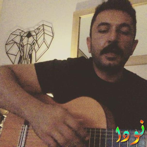 صورة لتويجان يعزف على الجيتار
