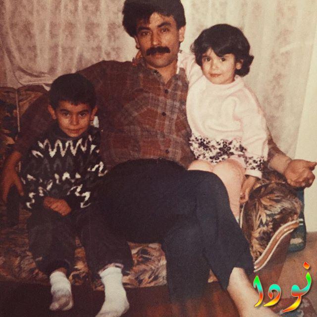 صورة لسيراي مع والدها وأخوها