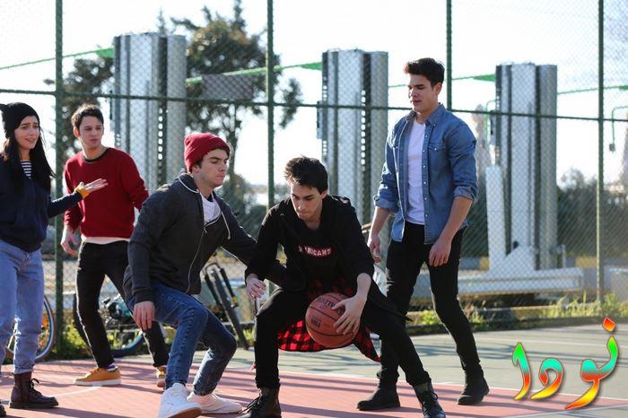 طلبة المدرسة أثناء لعب كرة السلة