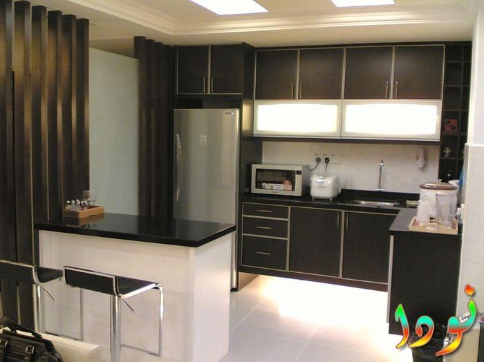 مطبخ باللون الأسود مفتوح