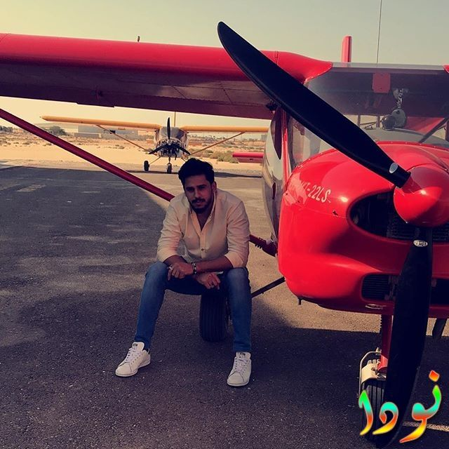 أبرار الحمد بجانب طائرة حمراء